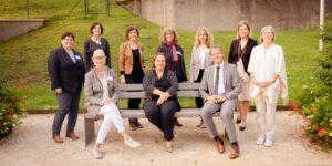 Gruppenbild mit Teilnehmer*innen und u.a. Kultusministerin Theresa Schopper (vorne, Mitte), Dr. h. c. Beate Heraeus (vorne, li.) und Dr. Thomas Riecke-Baulecke (vorne, re.)